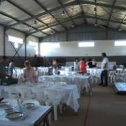Helpers besig om tafels te dek