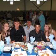 Jonger gaste by 'n tafel